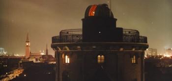 Rundetaarns-øverste-del-ved-nat-mod-Rådhuset-600-dpi-720x340
